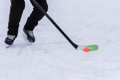 Mensen speelhockey met een oranje bal Royalty-vrije Stock Fotografie