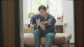 Mensen speelmuziek door houten akoestische gitaar Mens die Akoestische de levensstijlvideo spelen van de Gitaar dicht omhoog lang stock videobeelden