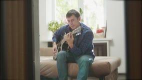 Mensen speelmuziek door houten akoestische gitaar Mens die Akoestische Gitaar dicht omhoog langzame geanimeerde video spelen in d stock videobeelden