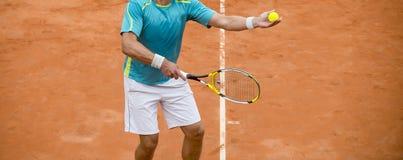 Mensen Speeltennis in openlucht Tennisspeler met Racket en Bal O stock foto