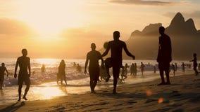Mensen speelvoetbal op strand in Brazilië stock footage