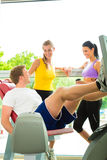 Mensen in sportgymnastiek op de fitness machine Stock Afbeelding
