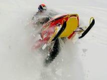 Mensen springende sneeuwscooter Stock Foto's
