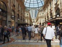 Mensen in stadscentrum in Milaan Stock Afbeeldingen