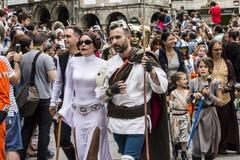 Mensen in Star Wars-kostuums worden vermomd dat Stock Foto