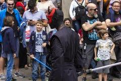 Mensen in Star Wars-kostuums worden vermomd dat Stock Foto's