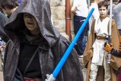 Mensen in Star Wars-kostuums worden vermomd dat Stock Afbeeldingen