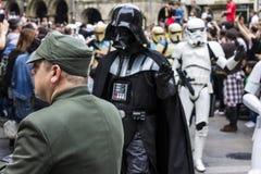 Mensen in Star Wars-kostuums worden vermomd dat Royalty-vrije Stock Fotografie