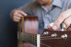 Mensen stemmende gitaar Stock Foto