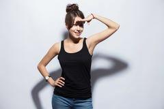Mensen, stijl en manierconcept - gelukkig jong vrouw of tienermeisje in vrijetijdskleding die pret hebben stock foto's