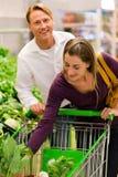 Mensen in supermarkt het winkelen kruidenierswinkels Stock Foto's