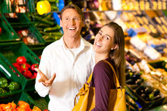 Mensen in supermarkt het winkelen kruidenierswinkels royalty-vrije stock foto