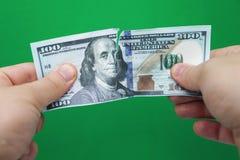 Mensen tearing dollars op groene achtergrond stock fotografie