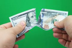 Mensen tearing dollars op groene achtergrond stock foto's