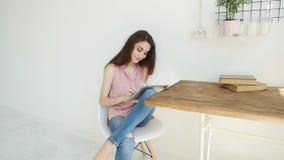 Mensen, technologie en binnenlands concept Gelukkige jonge vrouw die tabletcomputer met behulp van stock footage