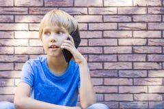 Mensen, technologie en communicatie concept Kind dat op celtelefoon spreekt Royalty-vrije Stock Foto