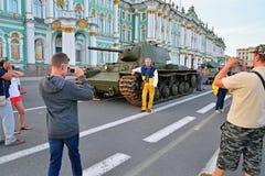 Mensen tegen de achtergrond van Sovjet zware tank die KV worden gefotografeerd Royalty-vrije Stock Fotografie