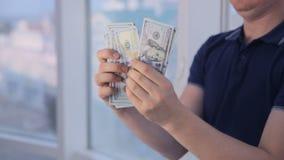 Mensen tellende dollars bij helder panoramisch venster Geldbesparing, economie, contant geldconcept stock videobeelden