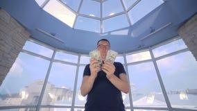 Mensen tellende dollars bij helder panoramisch venster Geldbesparing, economie, contant geldconcept stock video