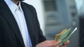 Mensen tellende euro in banktak, rente op storting, voordelige investering stock videobeelden