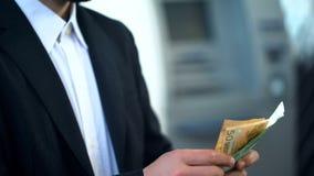 Mensen tellende euro in banktak, rente op storting, voordelige investering stock foto's