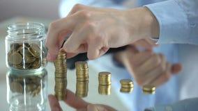 Mensen tellende muntstukken, verhoging van inkomen, financieel piramideconcept, investering stock video