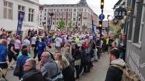 Mensen tijdens 'Koninklijke Looppas 19 'ras in werking dat worden gesteld dat Overvolle straat van Kopenhagen, Zomer stock video
