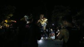 Mensen tijdens de viering vóór Nyepi - Balinese Dag van Stilte stock videobeelden