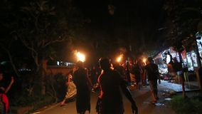 Mensen tijdens de viering vóór Nyepi - Balinese Dag van Stilte stock video
