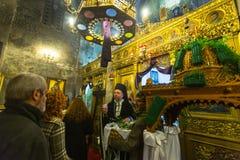 mensen tijdens de viering van Orthodoxe Pasen - Vespers op Grote Vrijdag Stock Fotografie