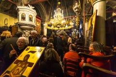 mensen tijdens de viering van Orthodoxe Pasen - Vespers op Grote Vrijdag Royalty-vrije Stock Foto's