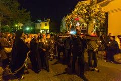 mensen tijdens de viering van Orthodoxe Pasen - Vespers op Grote Vrijdag Stock Foto's