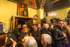 mensen tijdens de viering van Orthodoxe Pasen - Vespers op Grote Vrijdag Royalty-vrije Stock Afbeeldingen