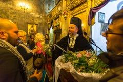 mensen tijdens de viering van Orthodoxe Pasen - Vespers op Grote Vrijdag Royalty-vrije Stock Foto