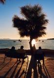 Mensen tijdens de zonsondergang op Calo des Moro in Ibiza spanje stock afbeeldingen