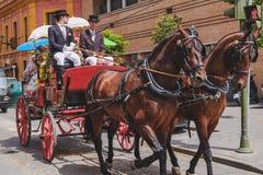 Mensen in traditioneel kostuum die in een vervoer reizen Sevilla, Spanje royalty-vrije stock foto