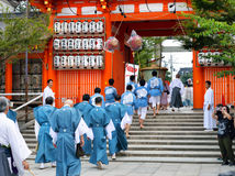 Mensen in traditionele die clothihg op parade, Yasaka Jinja, Kyo wordt opgesteld Royalty-vrije Stock Foto
