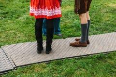 Mensen in traditionele Duitse kostuumstribune en bespreking Een conceptuele foto van mensen die aan elkaar bij feestelijk spreken royalty-vrije stock afbeeldingen