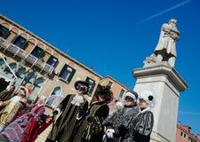 Mensen in traditionele kostuums en maskers royalty-vrije stock afbeeldingen