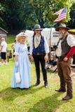 Mensen twee mannen en een vrouw in Amerikaans westelijk kostuum als deel o Royalty-vrije Stock Afbeeldingen