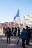 Mensen unde helft-mast de EU-Vlag Stock Fotografie