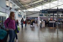 Mensen in Vaclav Havel Prague Airport stock fotografie