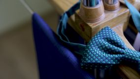 Mensen van de luxecufflinks van de blauwe manier toebehoren voor smoking, vlinder, band, zakdoek, stijlhorloge en smartphone stock videobeelden