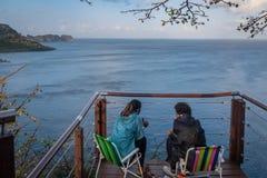 Mensen van het Project van de de Spinnerdolfijn van Projeto Golfinho Rotador bij Baia-de Dolfijnenbaai van Dos Golfinhos - Fernan stock foto's
