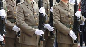 Mensen van Italiaanse Alpiene Bergtroepen tijdens het militaire pari royalty-vrije stock afbeeldingen