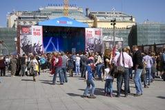 Mensen van verschillende leeftijdengang op Theatervierkant in Moskou Royalty-vrije Stock Afbeeldingen