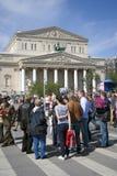 Mensen van verschillende leeftijdengang op Theatervierkant in Moskou Stock Foto