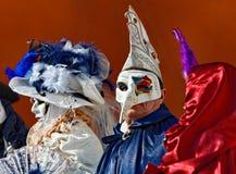 Mensen in Venetiaanse Maskers Stock Fotografie