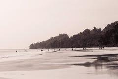 Mensen ver weg bij Radhanagar-strand stock afbeeldingen