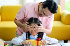 Mensen verbergende gift voor Ouder en weinig kind die pret hebben dichtbij Chri stock foto's